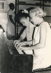 La pianiste Carmen Brouard et sa petite fille Diane dans un 'quatre mains'