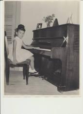 Ma fille Diane au piano en 1966.