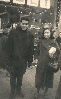 Nadine et le pianiste Guy Scott à Paris sur les Champs Élisées en décembre 1958.