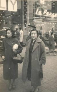 Nadine et sa mere à Paris sur les Champs Élysée en décembre 1958.